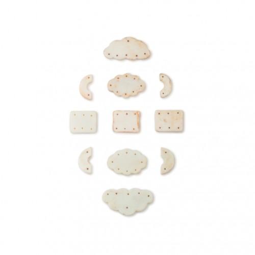 白色玻璃组佩 约宋代(960年-1279年) 白色玻璃胎质,宋代对官员服饰有详细规定,此组配应该为其中之一,直到明代也有沿用。 Set of White Glass Pendants Probably Song Dynasty (960-1279) Made of white glass. During the song dynasty there were detailed rules for how officials dressed, and they probably also included pendants. Used up until the Ming Dynasty.