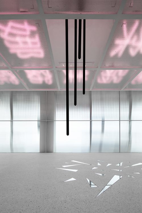 Breaking the Glass Ceiling   打破玻璃天花板